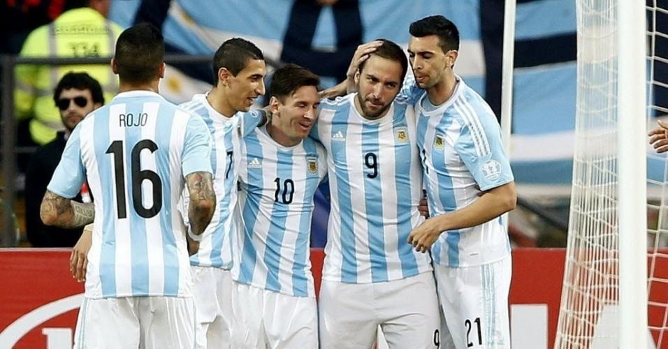 Jogadores da Argentina cumprimentam Higuaín após gol que abiru o placar contra a Jamaica
