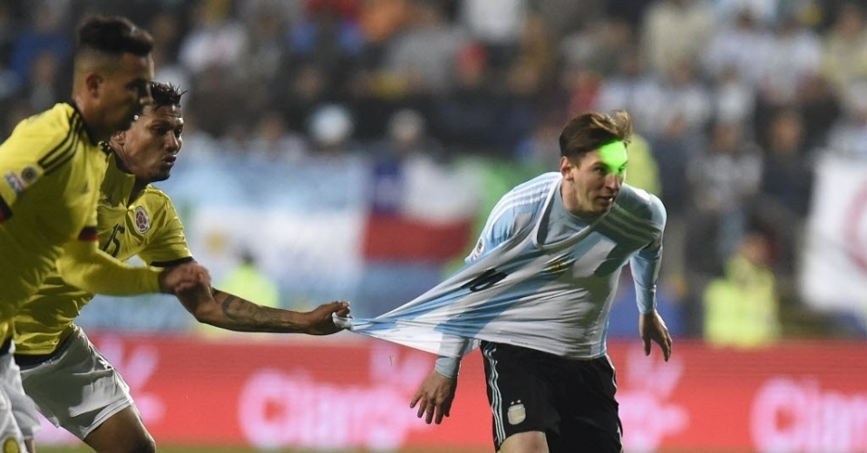Com laser no rosto, Messi tem camisa puxada por marcador da Colômbia na Copa América