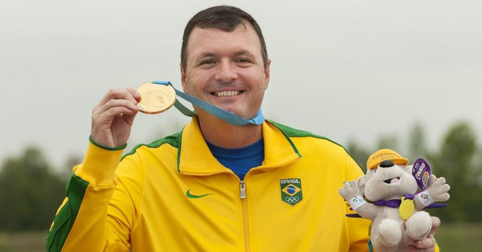 Julio Almeida exibe a medalha de ouro conquistada no tiro de pistola 50m