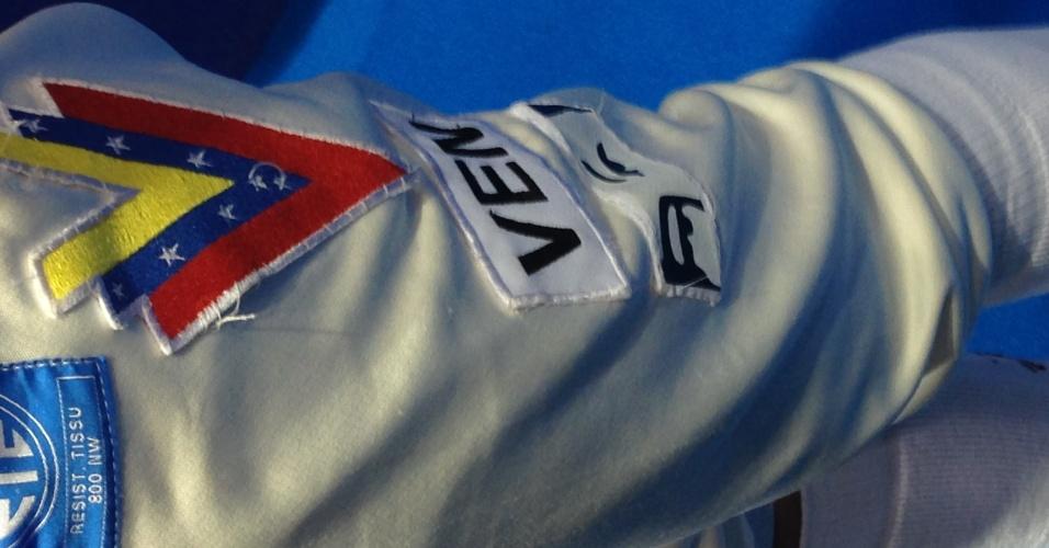 Uniforme da esgrimista venezuelana Alejandra Benitez tem os olhos do ex-presidente Hugo Chavez