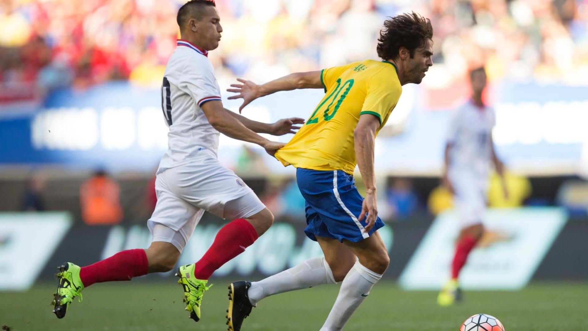 Kaká é marcado por jogadora da Costa Rica, durante amistoso neste sábado (5), realizado nos Estados Unidos