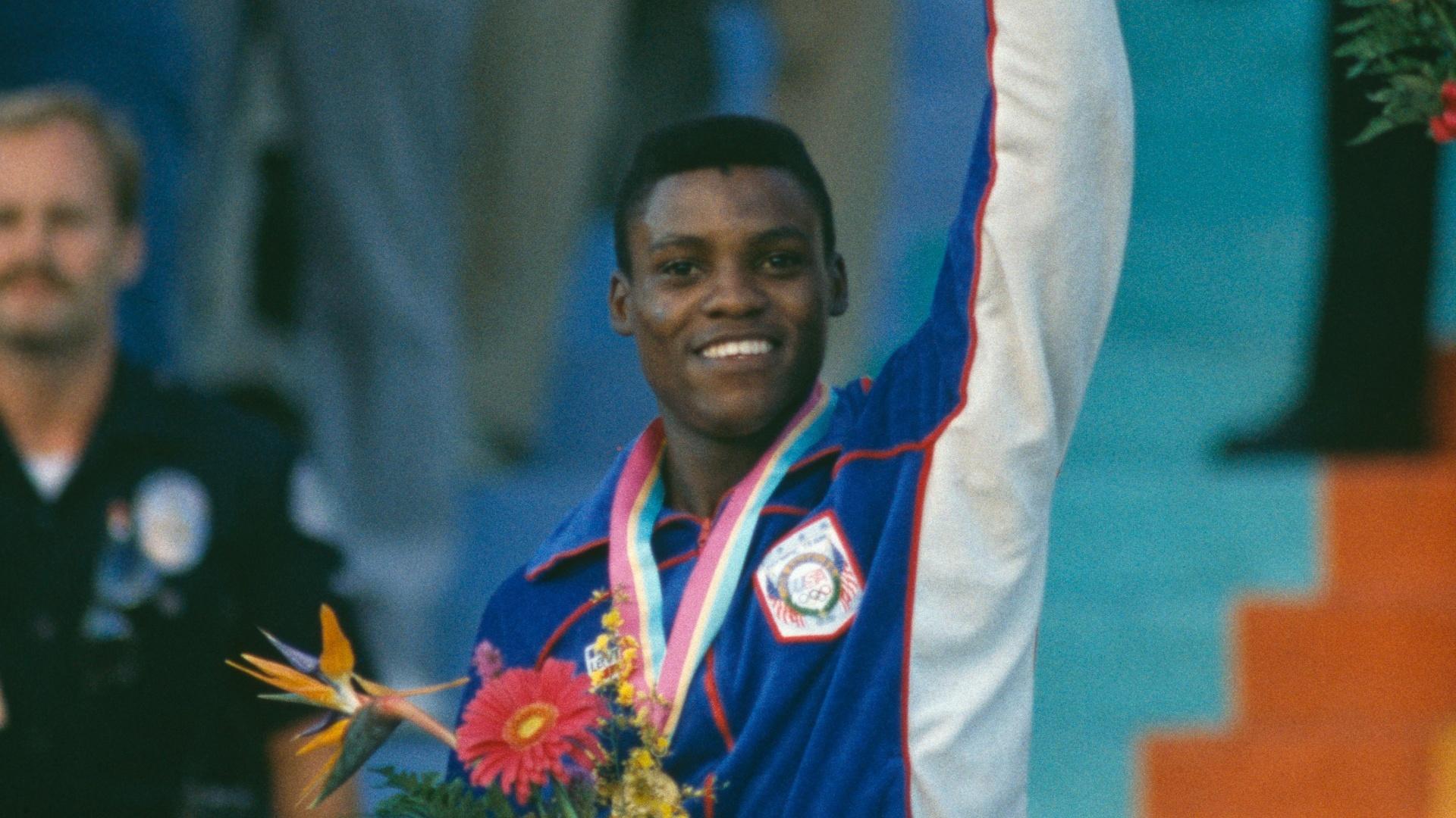 Carl Lewis comemora no pódio após receber uma de suas quatro medalhas de ouro nos Jogos Olímpicos de Los Angeles-1984