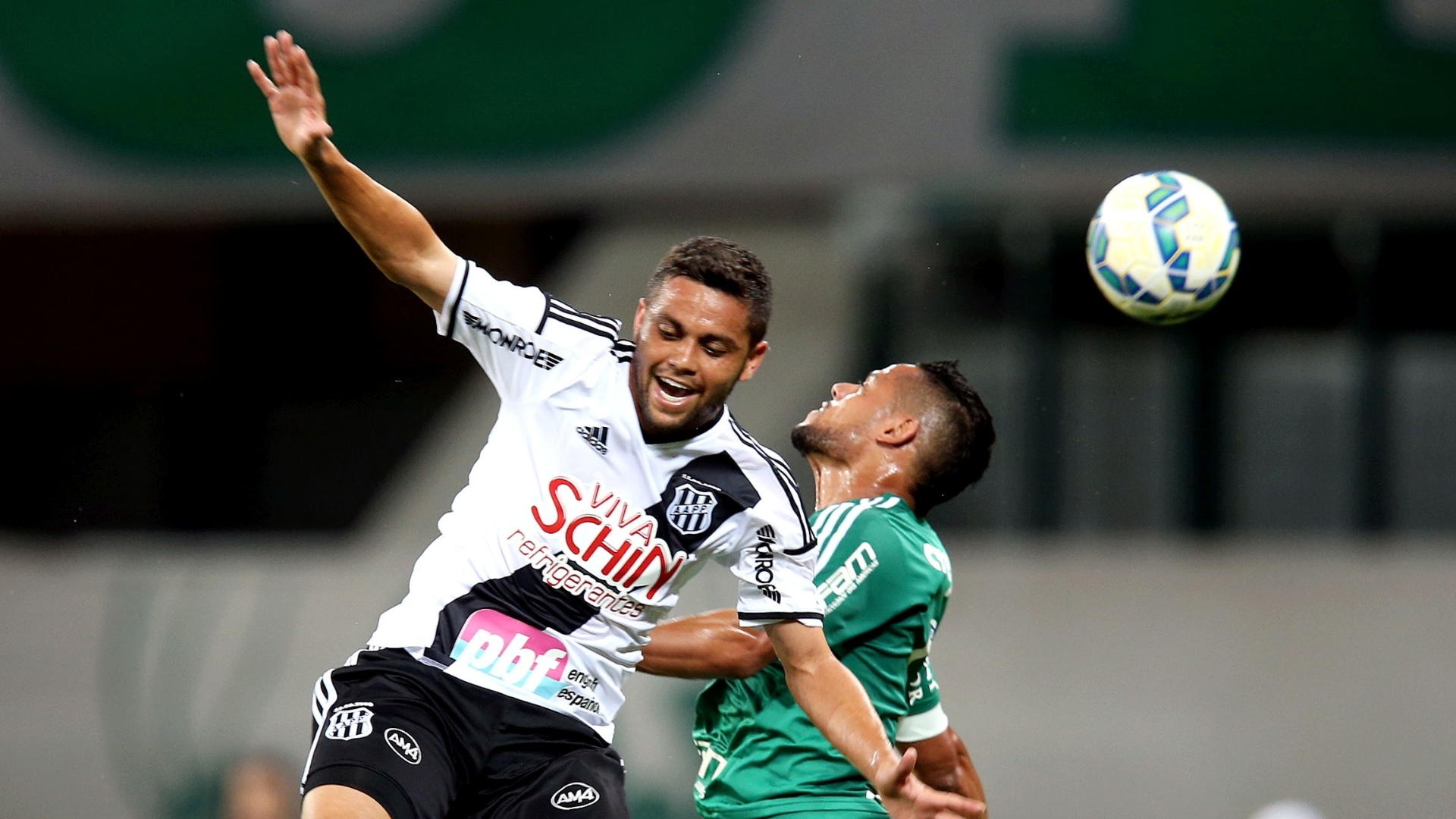 Jogadores disputam a bola pelo alto na partida entre Palmeiras e Ponte Preta pelo Campeonato Brasileiro