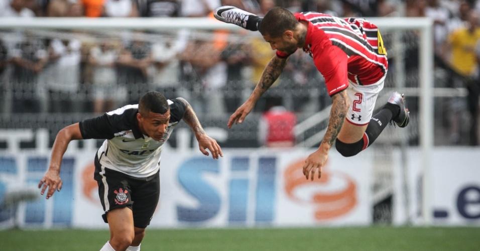 Centurion, do São Paulo, disputa bola com imprudência contra Guilherme Arana, do Corinthians, durante o clássico