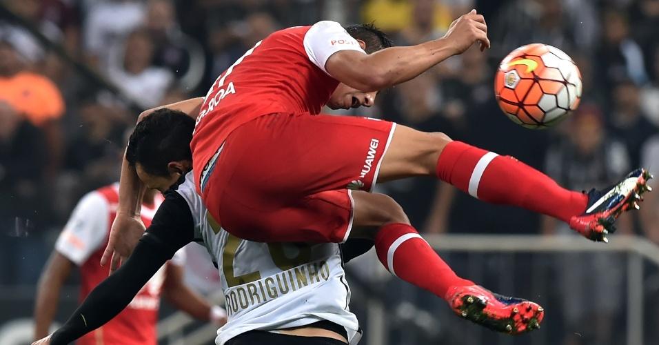 Jua Roa sobe em cima de Rodriguinho na disputa de bola do Corinthians contra o Santa Fe, na Libertadores