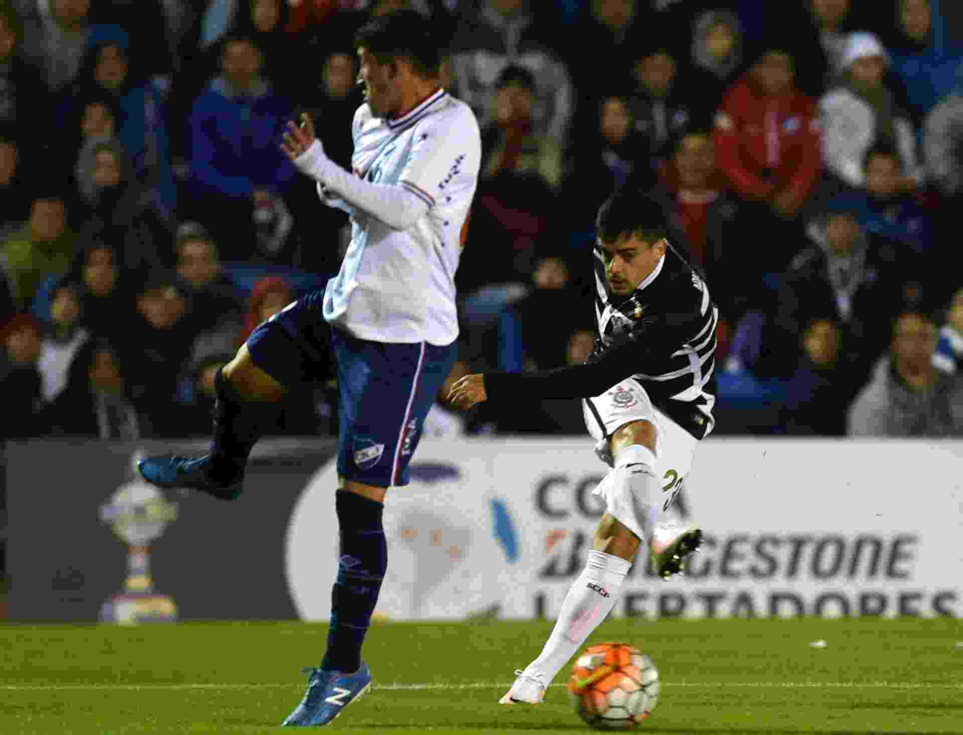 Fagner tenta o chute para o Corinthians no jogo contra o Nacional-URU, na Libertadores - AFP PHOTO / PABLO PORCIUNCULA