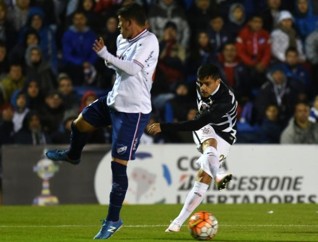 Fagner tenta o chute para o Corinthians no jogo contra o Nacional-URU, na Libertadores