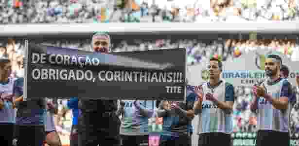 Tite exibe faixa de agradecimento ao Corinthians - Danilo Verpa/Folhapress - Danilo Verpa/Folhapress