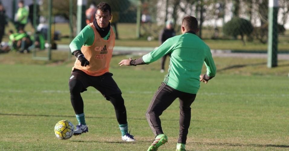 Bernardo carrega a bola durante treino do Coritiba