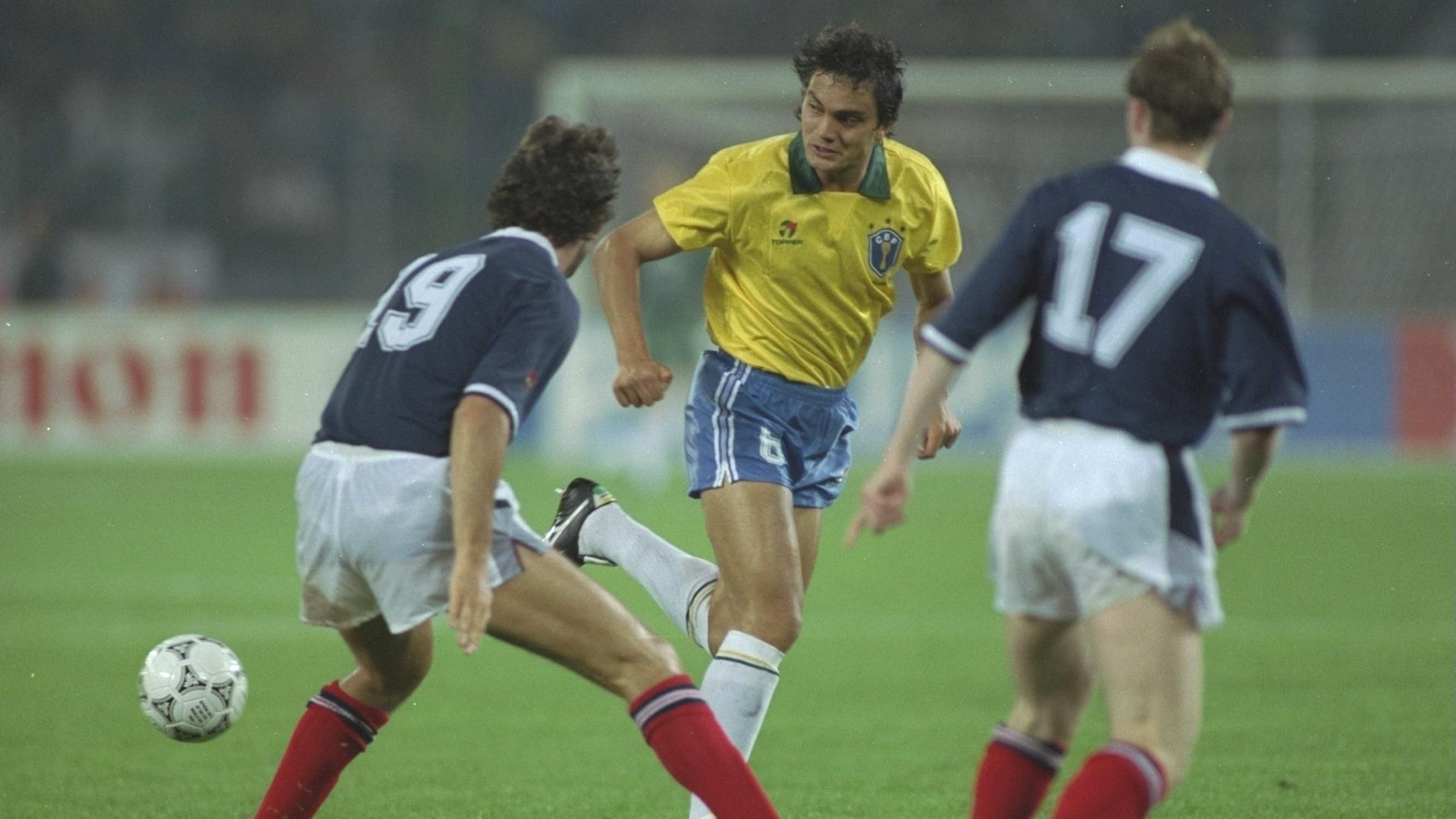 Branco em ação pela seleção brasileira na Copa do Mundo de 1990