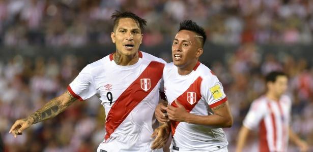 Guerrero e Cueva comemoram gol do Peru contra o Paraguai - Norberto Duarte/AFP