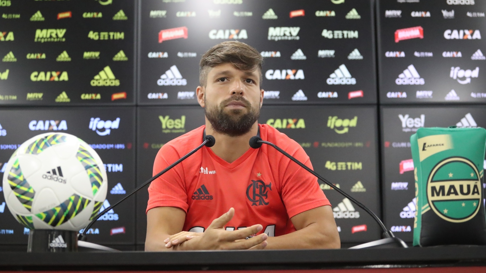 Diego concedeu entrevista nesta quinta-feira (24) e saiu em defesa do volante Márcio Araújo