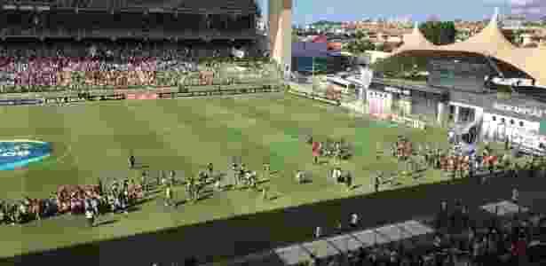 Crianças em campo no Independência - Victor Martins/UOL Esporte - Victor Martins/UOL Esporte