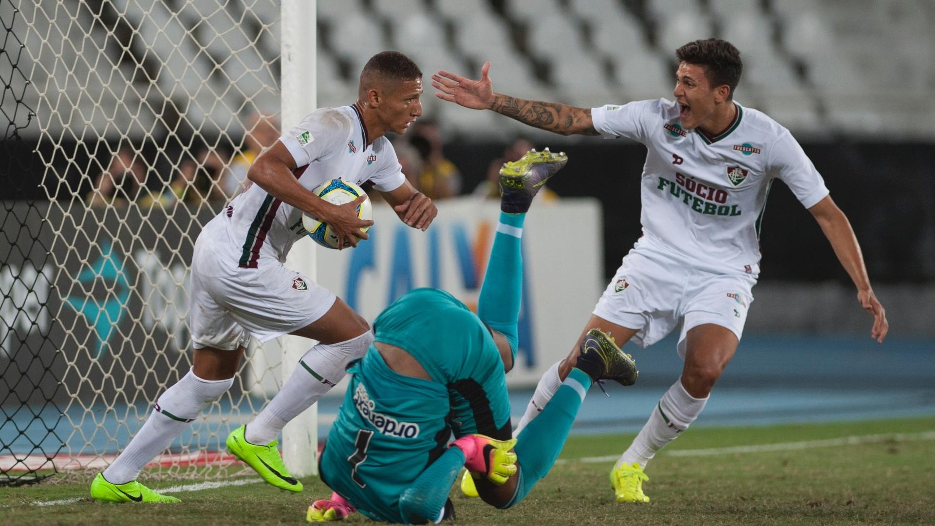 Richarlison, do Fluminense, marca em cobrança de pênalti durante partida contra o Botafogo