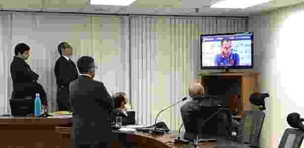 Advogado do Vasco (de costas) e auditores analisam imagens do Vasco em vídeo - Bruno Braz / UOL Esporte - Bruno Braz / UOL Esporte