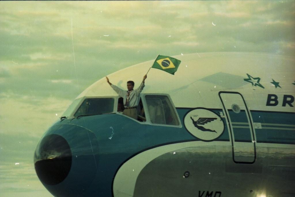Romário exibe a bandeira do Brasil na volta ao país