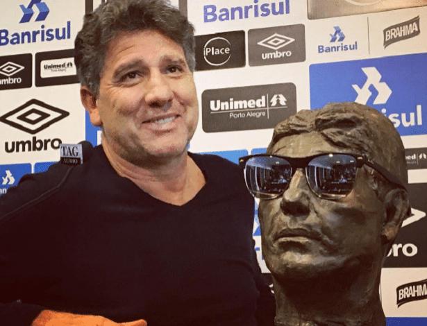 Renato Gaúcho posa com busto que ganhou de torcedor do Grêmio
