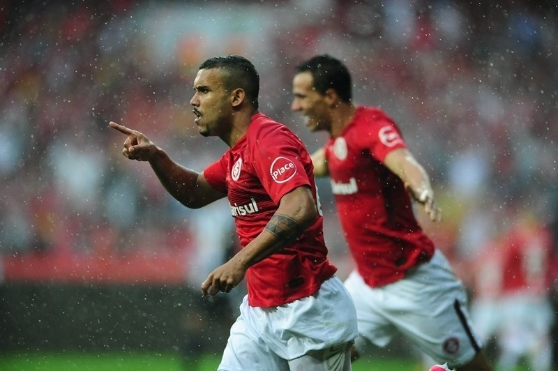 William Pottker comemora gol do Internacional contra o Figueirense