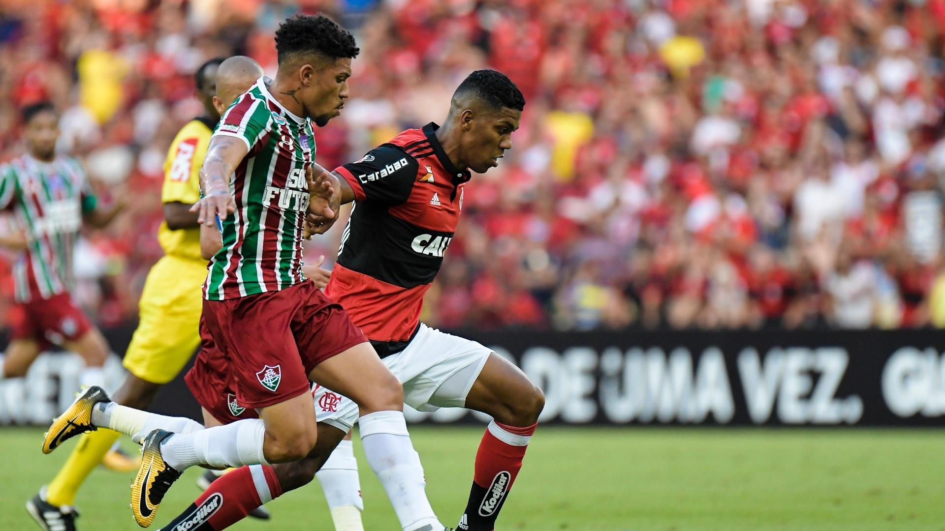 Douglas e Berrío disputam a bola no clássico entre Flamengo e Fluminense