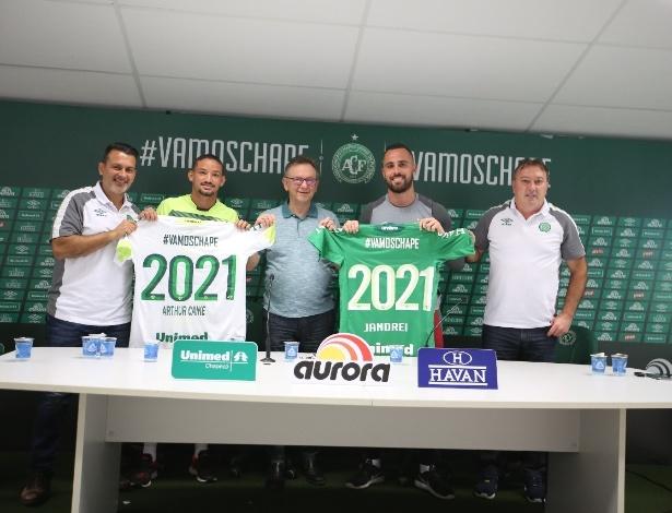 Rui Costa (esq.) renovou contratos de Arthur Caike e Jandrei até 2021