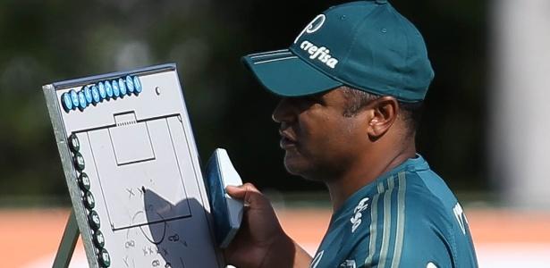 Roger Machado usa uma lousa para explicar os exercícios de treino aos jogadores