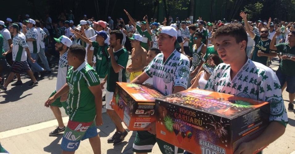 Torcedores do Palmeiras caminham em direção ao CT do clube para apoiar o time