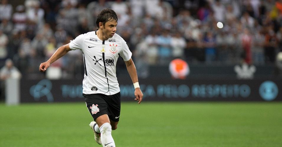 Romero conduz a bola durante a partida entre Corinthians e Fluminense