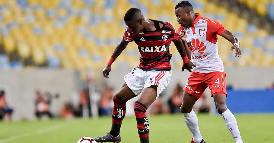 Vinicius Júnior é marcado por Arboleda na partida entre Flamengo e Independiente Santa Fé