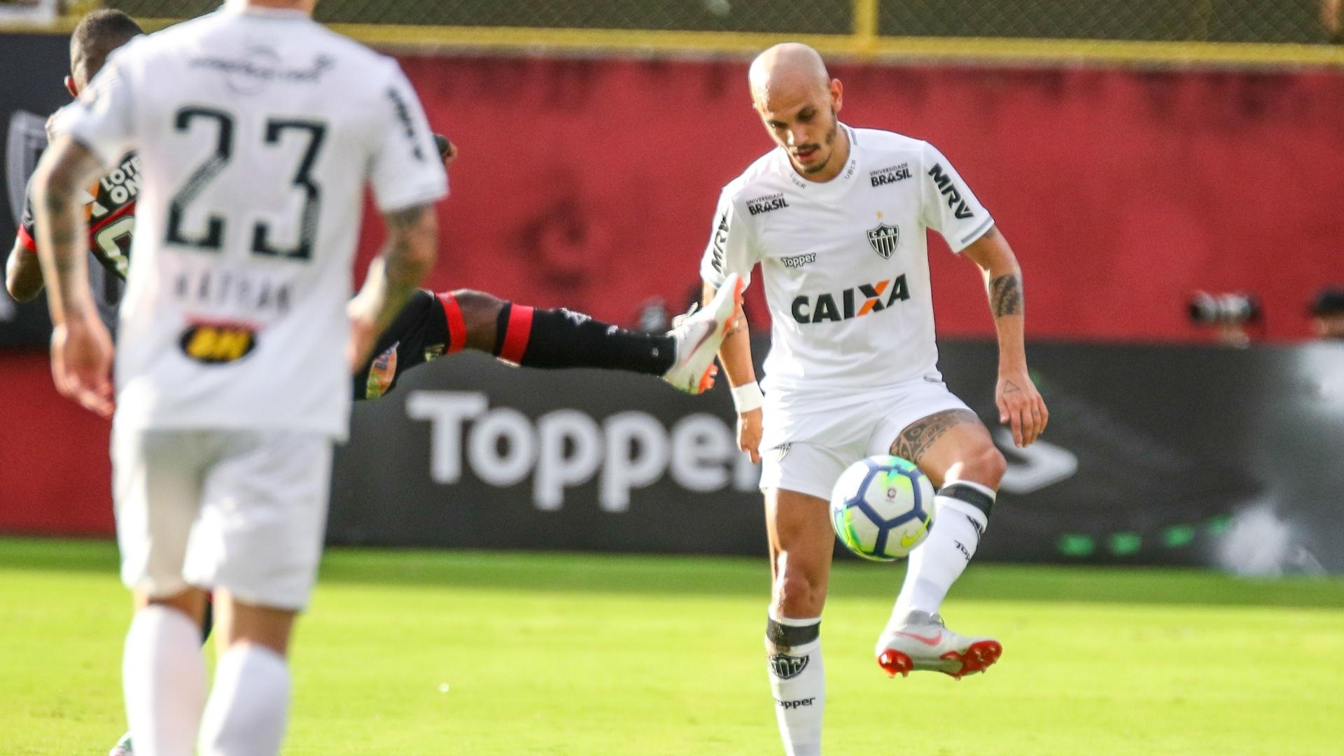 Fabio Santos domina a bola em jogo entre Vitória e Atlético-MG