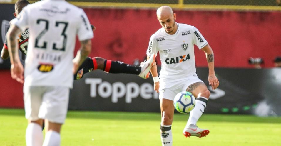 81dfaa09f9 Fabio Santos domina a bola em jogo entre Vitória e Atlético-MG