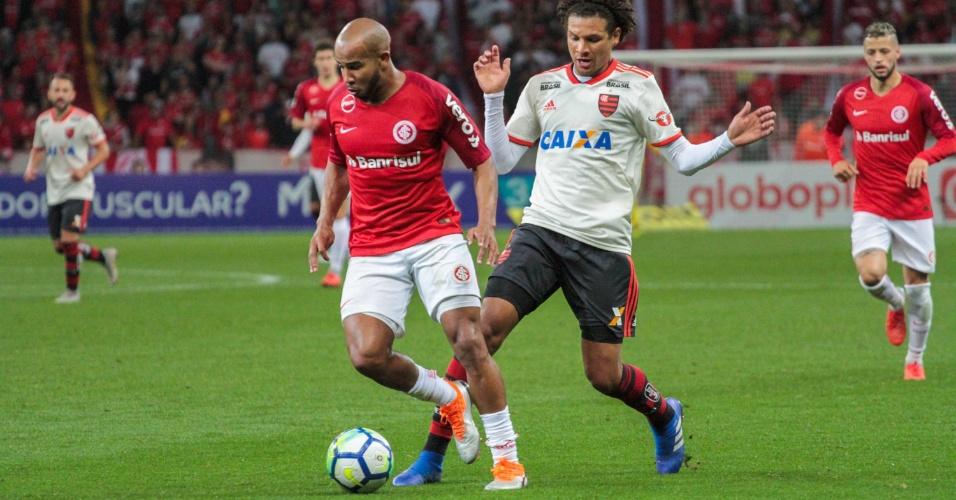 Patrick tenta fugir da marcação de Willian Arão durante Internacional x Flamengo