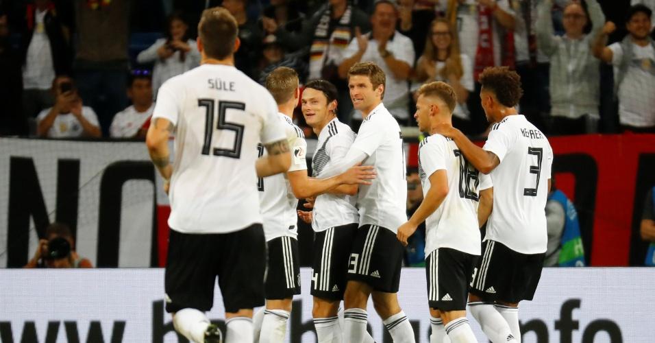 Schulz comemora seu gol com os companheiros em Alemanha x Peru