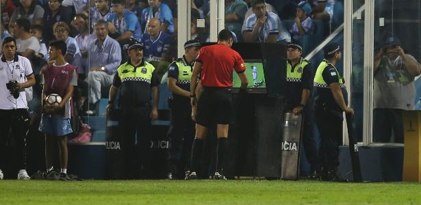 Árbitro checa lance na TV antes de mostrar cartão vermelho a argentino - Agustin Marcarian/Getty Images