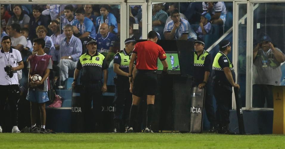 Árbitro de Atlético Tucumán x Grêmio confere VAR antes de expulsar argentino por pisão