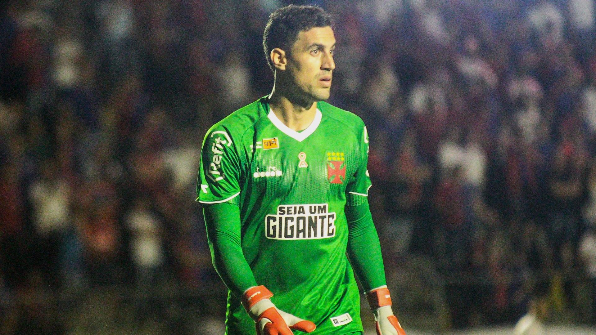 Martín Silva, do Vasco, em ação durante duelo contra o Paraná Clube