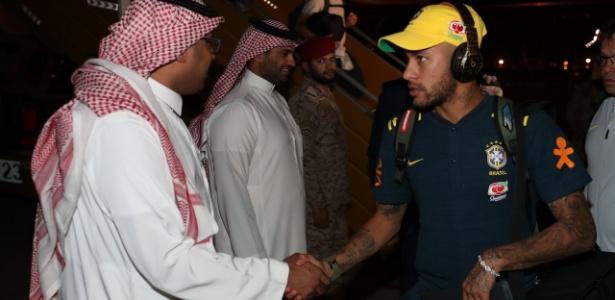 Estrela do jogo, Neymar cumprimenta membros do governo saudita em chegada à Arábia
