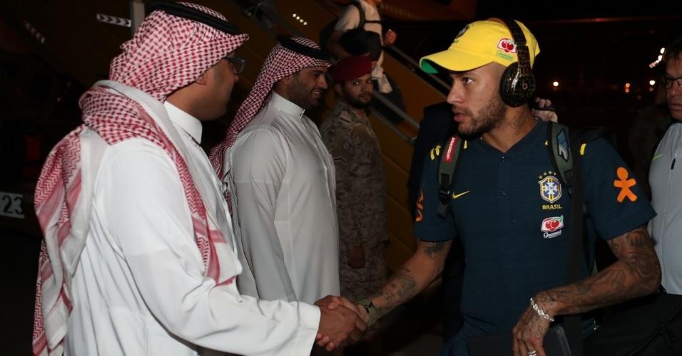 Neymar cumprimenta sheik saudita em Jeddah, onde a seleção brasileira está concentrada
