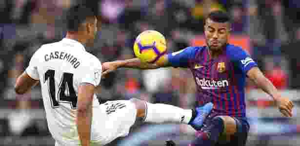 Casemiro disputa a bola com Rafinha durante goleada do Barcelona - Gabriel Bouys/AFP
