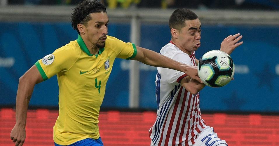 Marquinhos e Miguel Almiron em jogo Brasil x Paraguai pela Copa América