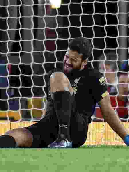 Alisson fica no chão reclamando de dores, durante a partida entre Liverpool e Norwich - Reuters/Carl Recine