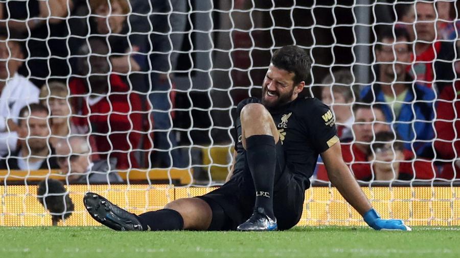 Alisson se machucou durante a partida entre Liverpool e Norwich - Reuters/Carl Recine