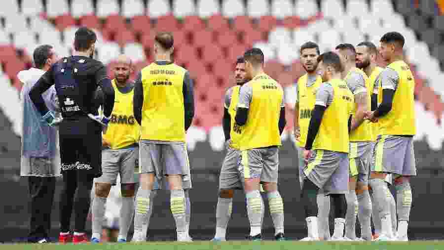 Vanderlei Luxemburgo conversa jogadores durante treino do Vasco - Rafael Ribeiro / Vasco