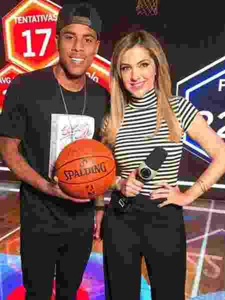Gustagol com bola oficial da NBA ao lado da repórter Janice de Castro - Reprodução/Instagram