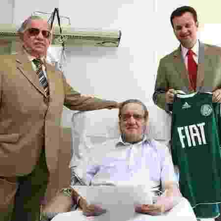 Salvador Hugo Palaia, Luiz Gonzaga Belluzzo e Gilberto Kassab com o alvará do Allianz Parque em outubro de 2010 - Fábio Menotti/Ag. Palmeiras/Divulgação - Fábio Menotti/Ag. Palmeiras/Divulgação