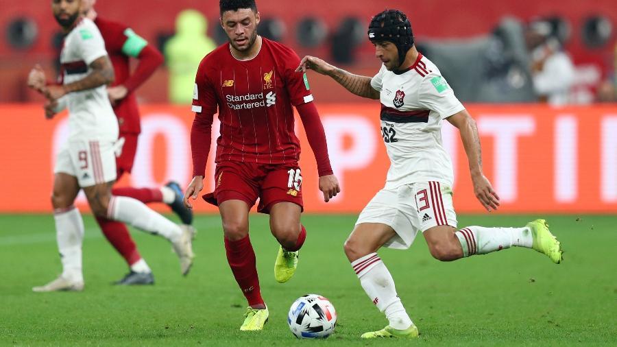 Rafinha disputa bola com Alex Oxlade-Chamberlain durante a final do Mundial de Clubes - Ibraheem Al Omari/Reuters