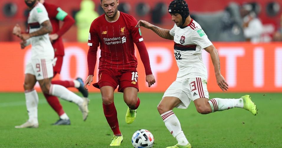 Rafinha e Alex Oxlade-Chamberlain disputam bola na partida entre Liverpool e Flamengo pela final do Mundial de Clubes de 2019