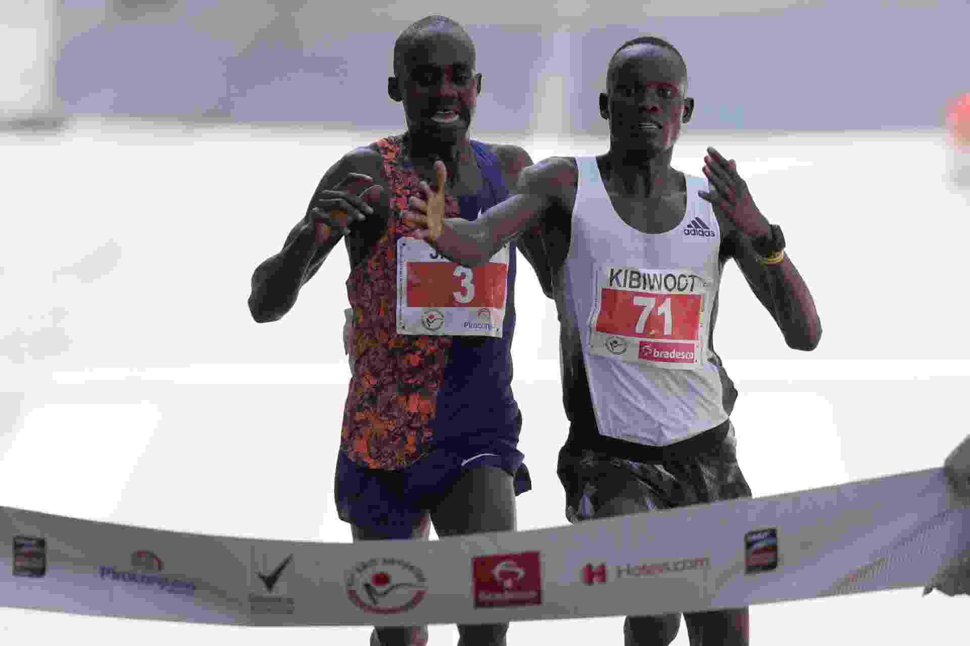 Queniano Kibwoot Kandie ultrapassa o ugandense Jacob Kiplimo e cruza a linha de chegada da 95ª Corrida Internacional de São Silvestre em primeiro - Amanda Perobelli/Reuters
