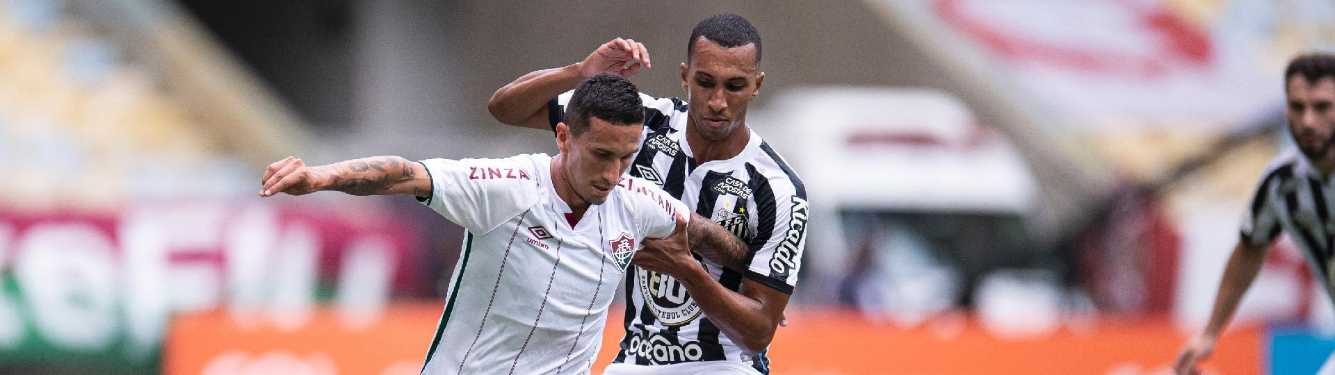 Dodi, do Fluminense, tenta passar pela marcação de Lucas Braga, do Santos