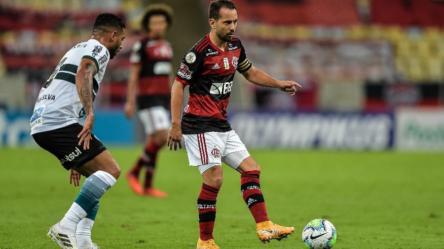 Everton Ribeiro, do Flamengo, durante jogo contra o Coritiba, pelo Brasileirão - Thiago Ribeiro/AGIF