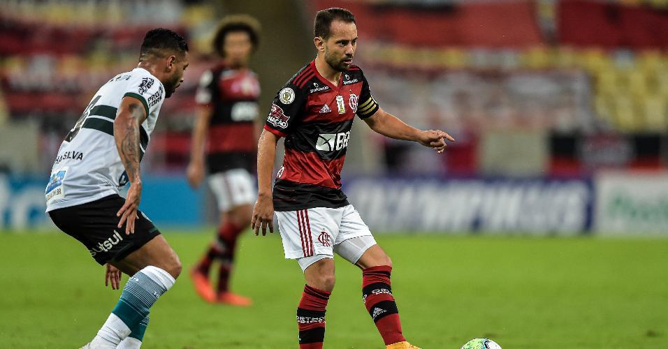 Everton Ribeiro, do Flamengo, durante jogo contra o Coritiba, pelo Brasileirão